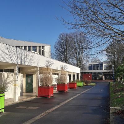 Le gymnase et l'accès au self au lycée Gaston Berger