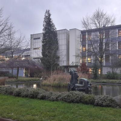 Le bâtiment 2 et le gymnase au lycée Gaston Berger